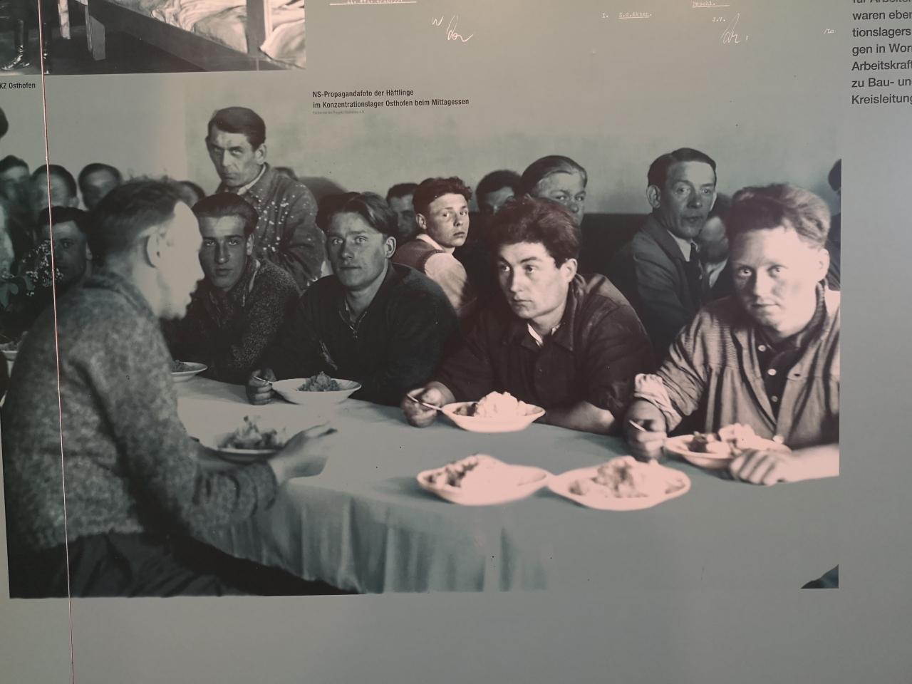 Wichtige Impulse für das Szenenstudium: Insassen des Lagers Osthofen in einem gestellten Propagandafoto, dass einen vergleichsweise komfortablen Lageralltag behauptet.
