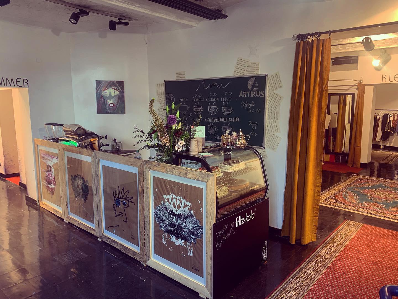 Blickfang: Die Kaffeebar im Eingangsbereich von Artikus