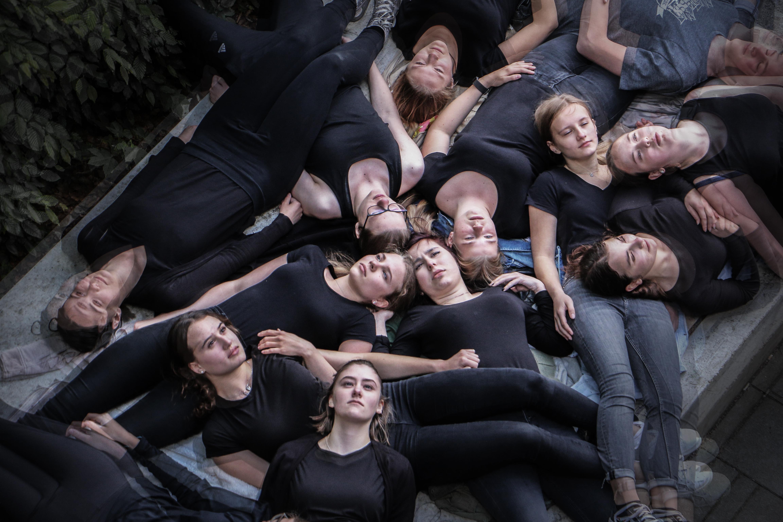 """""""Ich glaub ich werd irre"""" (Ensemble / Foto: Tino Werner)"""
